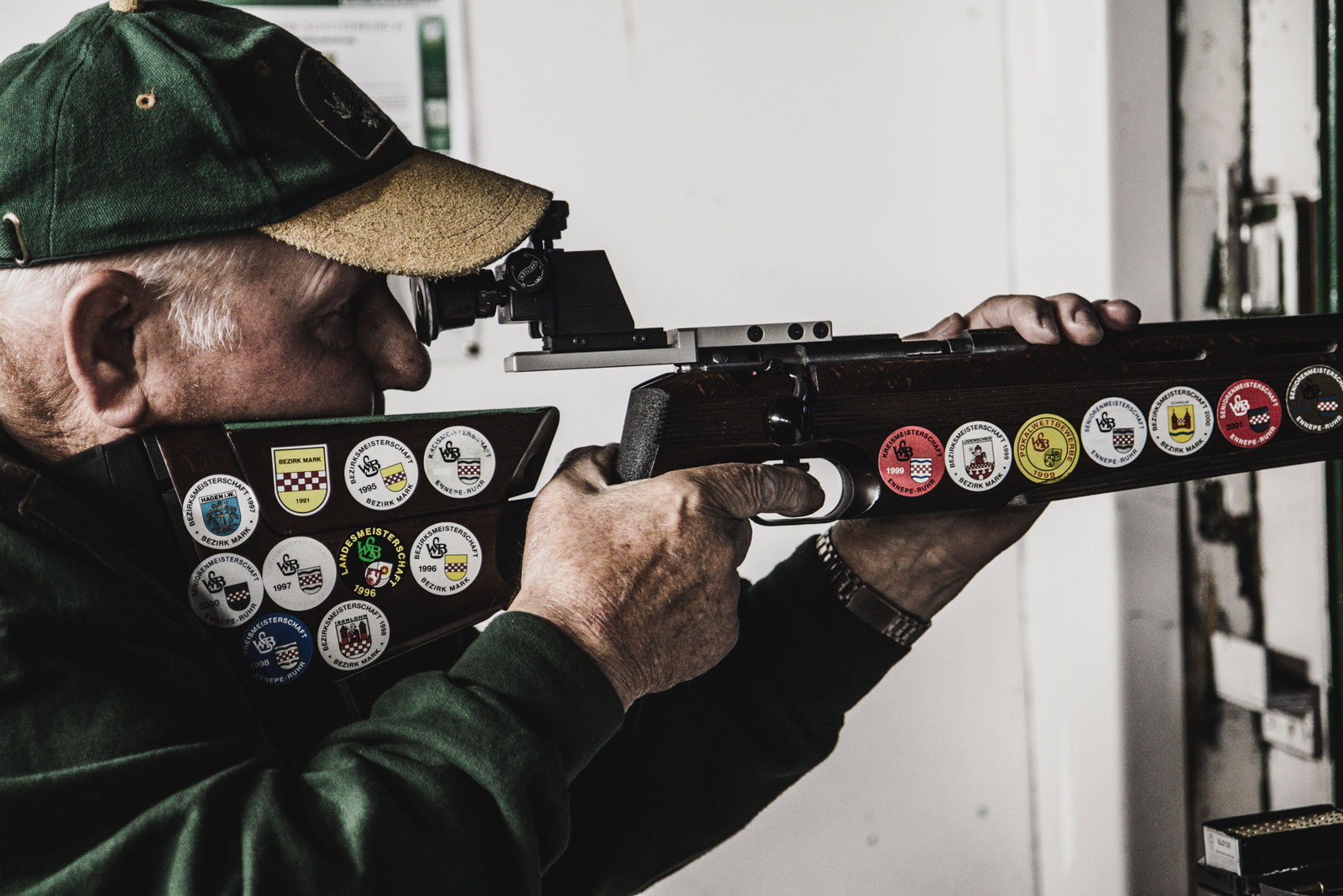 älterer Herr vom Altenvoerder Schützenverein beim Schießen